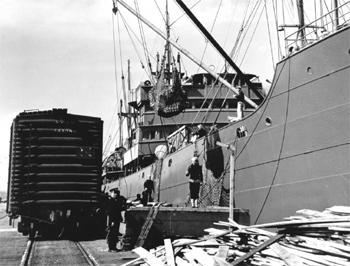 Chargement d'un cargo à New York en 1944