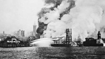 Le quai du Grand Trunk Pacific de Seattle est en feu