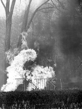 L'incendie ravage une maison de l'avenue Rossville à Staten Island en avril 1963