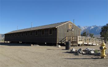 <h2>Un baraquement et un poteau à incendie du camp de Manzanar </h2>