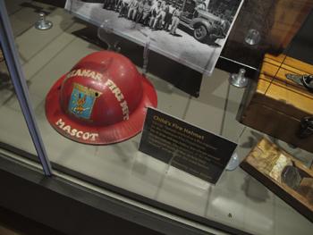 <h2>Le casque de la mascotte du service incendie en vitrine</h2>
