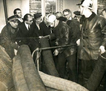 Les marins-pompiers de Marseille et le président de la Chambre de commerce à bord du Sidi-Ferruch