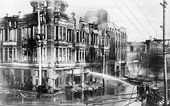 Incendie d'un bâtiment après le séisme d'avril 1906