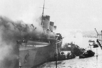 Le paquebot transatlantique français Normandie en flammes dans le port de New York en février 1942.