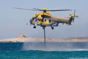 """#231 - Testé par la Sécurité civile durant la saison feu 2007. Ce test prenait la suite de celui de l'hélicoptère Aircrane. Emport de 4 000 litres avec une durée de remplissage de 11 minutes.Vitesse de près de 300 km/h.</br>Provenait de l'Armée de l'air dont il avait gardé la livrée générale.</br>Cliché réalisé, en Corse, par un photographe professionnel dont on peut voir d'autres réalisations sur le site <a target=""""_blank"""" href=""""http://www.photographe-corse.fr/"""">photographe-corse.fr</a> Photographie Olivier GOMEZ - 2007"""