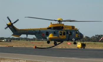 #233 - Testé par la Sécurité civile durant la saison feu 2007. Ce test prenait la suite de celui de l'hélicoptère Aircrane. Emport de 4 000 litres avec une durée de remplissage de 11 minutes.Vitesse de près de 300 km/h.</br>Provenait de l'Armée de l'air dont il avait gardé la livrée générale Photographie Franck PROVILLE - 2007