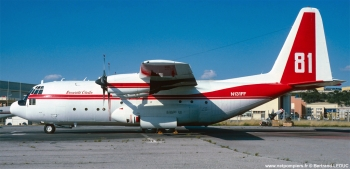 #234 - Charge de 12 tonnes de retardant. Ce type d'appareil turbopropulsé remplace les Douglas DC6 dont les deux derniers sont retirés du service en juillet 1989 Photographie Bertrand LEDUC - 1991