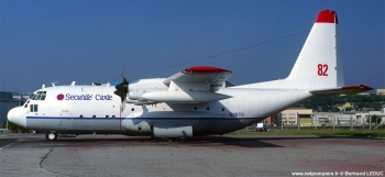 #236 - Charge de 12 tonnes de retardant. Ce type d'appareil turbopropulsé remplace les Douglas DC6 dont les deux derniers sont retirés du service en juillet 1989 Photographie Bertrand LEDUC - 1992
