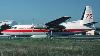 #262 - En service de 1990 à 2004. Converti en bombardier d'eau par Conair. Réservoir ventral d'une capacité de 6 365 litres en huit compartiments en largage modulable. Le remplissage des soutes s'effectue au sol. Photographie Bertrand LEDUC - 1990