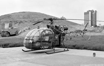 #195 - Mis en service en 1962 à la base de la Protection civile nouvellement créée de Clermont-Ferrand. Fin de service en 1978. </br> L'Alouette II est un hélicoptère léger à usages multiples, animé par une turbine Turboméca Artouste de 360 CV. Il peut embarquer un pilote et quatre passagers. Son autonomie est de 565 km, sa vitesse maxi de 185 km/h Photographie Mick BAJCAR - 1975