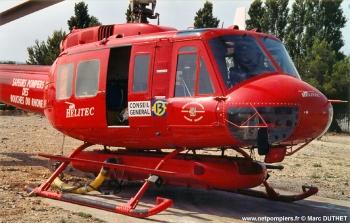 #50 - Armé par le service départemental incendie secours des Bouches-du-Rhône (SDIS 13) durant la saison feu de forêts 2001. L'appareil est équipé d'un réservoir ventral, d'une trompe d'aspiration souple et d'une pompe d'aspiration. Le remplissage peut se faire en vol stationnaire au-dessus d'une réserve d'eau Photographie Marc DUTHET - 2001