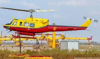 #224 - Hélicoptère biturbine appartenant à la société Héli Protection SAS. Emporte une charge de 1 400 litres d'eau environ, largable en une ou deux soutes. Le temps de remplissage du réservoir ventral est d'un peu plus d'une minute en vol stationnaire. Photographie Alfredo LA MARCA - 2017