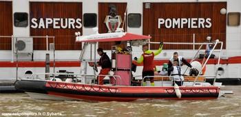 #123 - Embarcation de secours et d'assistance aux victimes (ESAV) armée par les sapeurs-pompiers de Paris. Réalisée à partir de la base polyvalente Stem Jet 7.30 longue de 7.50 mètres et large de 2.70 mètres. 0.50 mètre de tirant d'eau. Propulsion de type hydrojet.  Equipée d'in kit de sauvetage. Un brancard peut être chargé par l'arrière à fleur d'eau grâce à une glissière rabattable. Cliché réalisé au centre de secours nautique La Monnaie de la Brigade de sapeurs-pompiers de Paris au cours de la présentation à Manuel Valls (Ministre de l'Intérieur) du dispositif de secours du secteur nautique mis en place à l'occasion de la Saint Sylvestre. Une démonstration dynamique d'un sauvetage d'une victime tombée en Seine était organisée   Photographie Sybarts - 2013