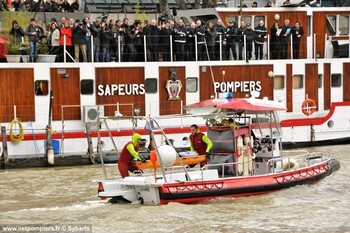 #122 - Embarcation de secours et d'assistance aux victimes (ESAV) armée par les sapeurs-pompiers de Paris. Réalisée à partir de la base polyvalente Stem Jet 7.30 longue de 7.50 mètres et large de 2.70 mètres. 0.50 mètre de tirant d'eau. Propulsion de type hydrojet.  Equipée d'in kit de sauvetage. Un brancard peut être chargé par l'arrière à fleur d'eau grâce à une glissière rabattable. Cliché réalisé au centre de secours nautique La Monnaie de la Brigade de sapeurs-pompiers de Paris au cours de la présentation à Manuel Valls (Ministre de l'Intérieur) du dispositif de secours du secteur nautique mis en place à l'occasion de la Saint Sylvestre. Une démonstration dynamique d'un sauvetage d'une victime tombée en Seine était organisée   Photographie Sybarts - 2013