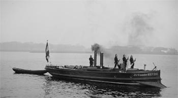 #474 - Bateau-pompe Jan van der Heyde, Bateau-pompe à vapeur en service à Amsterdam de 1875 à 1930. Long de 15 mètres. Capacité hydraulique de 4 000 l/min. Remarquer la lame métallique installée à l'avant permettant au navire de naviguer l'hiver et d'être utilisé comme brise-glace. Remarquer également le dinghy à l'arrière, une petite embarcation en bois utilisé pour des sauvetages ou pour l'évacuation du navire en cas d'avarie.  Photographie