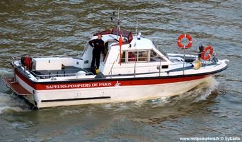 #124 - Mise en service en 1992. 11 mètres de long et 3.60 mètres de large. Pompe Sides d'un débit de  2 000 litres/min (15 bar). Lance-canon d'un débit de 2 000 litres/min. 4 Refoulements de 100 mm. Se présente ici au Pont-Neuf à Paris pour personne menaçant de se jeter dans la Seine Photographie Sybarts - 2014