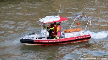 #125 - Embarcation de secours et d'assistance aux victimes (ESAV) armée par les sapeurs-pompiers de Paris. Réalisée à partir de la base polyvalente Stem Jet 7.30 longue de 7.50 mètres et large de 2.70 mètres. 0.50 mètre de tirant d'eau. Propulsion de type hydrojet.  Equipée d'in kit de sauvetage. Un brancard peut être chargé par l'arrière à fleur d'eau grâce à une glissière rabattable. Se présente ici au Pont-Neuf à Paris pour personne menaçant de se jeter dans la Seine   Photographie Sybarts - 2014