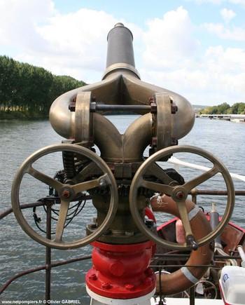 #58 - Mis en service en 1952. Son nom est celui d'un officier des sapeurs-pompiers de Bordeaux mort au feu en 1845. 21,10 mètres de long sur 4,75 de large. Déplacement de 85 tonnes. Deux moteurs de  250 CV. Vitesse de 12 nœuds. Deux pompes de 1 000 m3/h à 6 bar en parallèle et 546 m3/h à 12 bar en série. 4 lances Monitor dont une sur tourelle repliable. Retiré du service en Octobre 2005 Photographie Olivier GABRIEL - 2009