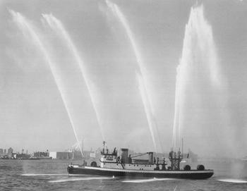 #340 - Bateau-pompe en service à New York de 1931 à 1994. Ici en exhibition pour fêter l'armistice de le Seconde guerre mondiale en 1945.   Photographie Collection John LANDERS & Beth KLEIN - 1945