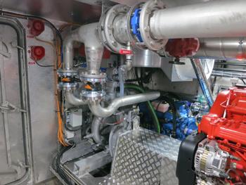 #538 - Mis en service en 2015. Long de 20 mètres. Capacité hydraulique de 20 000 l/min. Vue de l'une des deux pompes à incendie. On aperçoit à droite en rouge l'un des deux moteurs de propulsion auquel est attelée la pompe. On aperçoit également en bleu à l'arrière l'un des deux générateurs. Photographie Kewatec - 2015