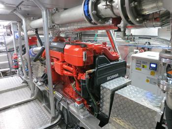 #536 - Mis en service en 2015. Long de 20 mètres. Capacité hydraulique de 20 000 l/min. Vue de l'un des deux moteurs de propulsion Scania de 1 500 cv. Une pompe à incendie y est attelée (à droite, non visible). La transmission vers l'arbre d'hélice est au fond. Photographie Kewatec - 2015