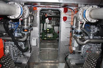 #537 - Mis en service en 2015. Long de 20 mètres. Capacité hydraulique de 20 000 l/min. Vue des deux pompes à incendie (en gris des deux côtés). On aperçoit à gauche et en rouge l'un des deux moteurs de propulsion auxquels sont attelées les pompes.  Photographie Kewatec - 2015