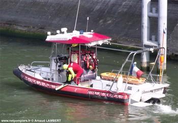 #114 - Embarcation de secours et d'assistance aux victimes (ESAV1) armée par les sapeurs-pompiers de Paris. Réalisée à partir de la base polyvalente Stem Jet 7.30 longue de 7.50 mètres et large de 2.70 mètres. 0.50 mètre de tirant d'eau. Propulsion de type hydrojet.  Equipée d'in kit de sauvetage.Un brancard peut être chargé par l'arrière à fleur d'eau grâce à une glissière rabattable. Concernant son nom de baptême :  La Dhuys est une rivière sous-affluente de la Seine. Les sapeurs-pompiers de la Gironde ou encore les unités de la Sécurité civile ont opté pour une embarcation analogue   Photographie Arnaud LAMBERT - 2012