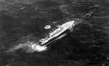 #540 - La vedette de sauvetage à grande vitesse (High Speed Launch) HSL 130, de la Royal Air Force, recueille l'équipage d'un Handley Page Halifax, contraint d'amerrir après avoir été touché par l'artillerie anti-aérienne allemande au cours d'un raid sur Essen. La photographie a été réalisée par l'équipage d'un Lockheed Hudson d e la 279ème escadrille de la Royal Air Force au large de l'Ile de Wight. La vedette a été dépêchée depuis Yarmouth (UK). Photographie IWM C 2617 - 1941