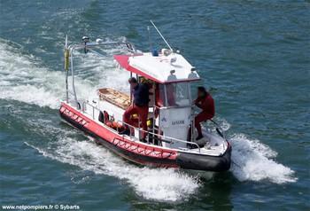 #129 - Embarcation de secours et d'assistance aux victimes (ESAV) armée par les sapeurs-pompiers de Paris. Réalisée à partir de la base polyvalente Stem Jet 7.30 longue de 7.50 mètres et large de 2.70 mètres. 0.50 mètre de tirant d'eau. Propulsion de type hydrojet.  Equipée d'in kit de sauvetage. Un brancard peut être chargé par l'arrière à fleur d'eau grâce à une glissière rabattable    Photographie Sybarts - 2015