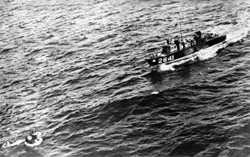 #543 - La vedette rapide (High Speed Launch) de la Royal Air Force, HSL 2641, récupère l'équipage d'un Consolidated Liberator de la Royal Navy.  Ce bombardier lourd avait été abattu la veille  par un Junkers Ju 88 allemand au large de la Baie de Gascogne. Photographie IWM C 2617 - 1944