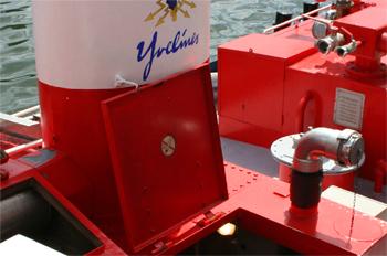 #476 - Long de 15.5 mètres. Capacité hydraulique de 4 000 l/min. Mis en service en 1982. Vue d'un des deux raccords d'aspiration de 100 mm de diamètre. Utilisé pour l'épuisement d'embarcations menaçant de couler. Photographie Olivier GABRIEL - 2010