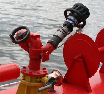#478 - Bateau-pompe Lieutenant Gillet, Long de 15.5 mètres. Capacité hydraulique de 4 000 l/min. Mis en service en 1982. Vue de la lance-canon dotée d'une tête de lance à débit variable. Photographie  - 2006