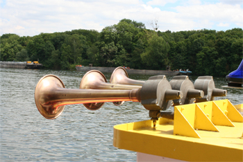 #479 - Bateau-pompe Lieutenant Gillet, Long de 15.5 mètres. Capacité hydraulique de 4 000 l/min. Mis en service en 1982. Les avertisseurs sonores. Photographie  - 2010