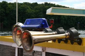 #481 - Bateau-pompe Lieutenant Gillet, Long de 15.5 mètres. Capacité hydraulique de 4 000 l/min. Mis en service en 1982. Les avertisseurs sonores et les feux de priorité. Photographie  - 2010
