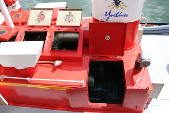 #483 - Bateau-pompe Lieutenant Gillet, Long de 15.5 mètres. Capacité hydraulique de 4 000 l/min. Mis en service en 1982. Vue de la salle des machines depuis l'extérieur. Le moteur de propulsion Baudouin. Raccord d'aspiration à droite utilisé pour l'épuisement. Photographie  - 2010
