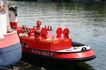 #491 - Bateau-pompe Lieutenant Gillet, Long de 15.5 mètres. Capacité hydraulique de 4 000 l/min. Mis en service en 1982. Vue du pont arrière, de la lance-canon (ici repliée) et des collecteurs de refoulements. Photographie  - 2010