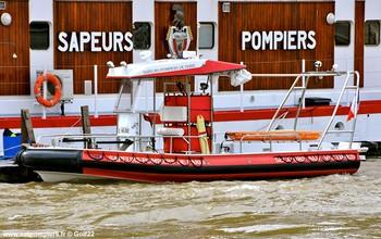 #112 - Embarcation de secours et d'assistance aux victimes (ESAV) armée par les sapeurs-pompiers de Paris. Réalisée à partir de la base polyvalente Stem Jet 7.30 longue de 7.50 mètres et large de 2.70 mètres. 0.50 mètre de tirant d'eau. Propulsion de type hydrojet.  Equipée d'in kit de sauvetage.Un brancard peut être chargé par l'arrière à fleur d'eau grâce à une glissière rabattable. Concernant son nom de baptême : l'Avre est une rivière française affluent de l'Eure, sous-affluente de la Seine. Les sapeurs-pompiers de la Gironde ou encore les unités de la Sécurité civile ont opté pour une embarcation analogue   Photographie Golf22 - 2012
