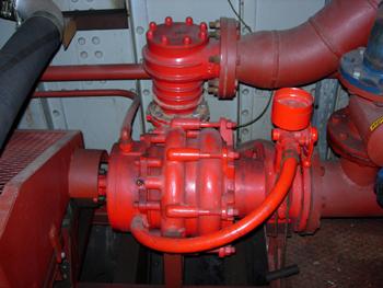 #487 - Bateau-pompe Lieutenant Gillet, Long de 15.5 mètres. Capacité hydraulique de 4 000 l/min. Mis en service en 1982. Une des deux pompes incendie Sides. 2 000 l/min, 15 bar. Photographie  - 2006