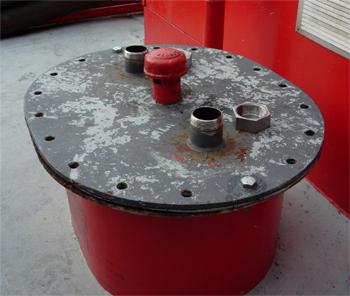 #485 - Bateau-pompe Lieutenant Gillet, Long de 15.5 mètres. Capacité hydraulique de 4 000 l/min. Mis en service en 1982. Bouche d'accès à la réserve de liquide émulseur. Les boulons peuvent être retirés pour introduire des canules d'aspiration lors de la production de mousse. Photographie  - 2006