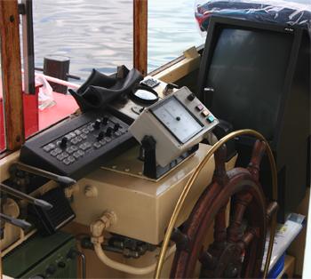 #494 - Bateau-pompe Lieutenant Gillet, Long de 15.5 mètres. Capacité hydraulique de 4 000 l/min. Mis en service en 1982.  Le poste de pilotage.  Photographie  - 2010