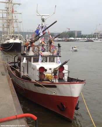 #119 - Mis en service en 1952. Son nom est celui d'un officier des sapeurs-pompiers de Bordeaux mort au feu en 1845. 21,10 mètres de long sur 4,75 de large. Déplacement de 85 tonnes. Deux moteurs de  250 CV. Vitesse de 12 nœuds. Deux pompes de 1 000 m3/h à 6 bar en parallèle et 546 m3/h à 12 bar en série. 4 lances Monitor dont une sur tourelle repliable. Retiré du service en Octobre 2005. Cliché réalisé alors que le navire participait au rassemblement de l'Armada 2013 à Rouen Photographie Golf22 - 2013