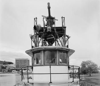 #403 - Bateau-pompe en service à Seattle de 1909 à 1985. Long de 36.50 mètres. Capacité hydraulique initiale de 34 000 l/min. Monument historique depuis 1989. Vue du poste de pilotage. Photographie Library of Congress, Prints & Photographs Division, HAER WA-174