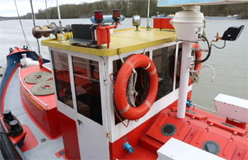 #495 - Bateau-pompe Lieutenant Gillet, Long de 15.5 mètres. Capacité hydraulique de 4 000 l/min. Mis en service en 1982.  Le poste de pilotage.  Photographie  - 2015