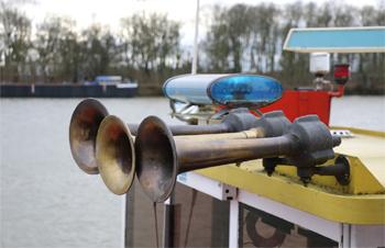 #496 - Bateau-pompe Lieutenant Gillet, Long de 15.5 mètres. Capacité hydraulique de 4 000 l/min. Mis en service en 1982.  Les avertisseurs sonores et les feux de priorité.  Photographie  - 2015