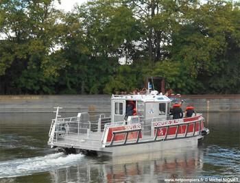 """#139 - Embarcation de secours aux victimes et incendie (ESAVI) mise en service en 2017. Longue de 9.50 mètres et large de 4 mètres, elle a été construite par Littoral, spécialiste des constructions navales en aluminium et situé à Marseillan dans l'Hérault. Elle embarque un réservoir de liquide émulseur, une motopompe Jöhstadt (1 500 litres/min - 10 bar), une pompe immergeable Telstar, une lance-canon Akron, un groupe électrogène Worms... Elle est propulsée par une turbine Hamilton animée par un moteur diesel à 6 cylindres en ligne Yanmar. Son poids est de 8 tonnes et peut embarquer 12 personnes. Elle est baptisée Colonel PAULIN. Ce dernier a commandé le """"Bataillon"""" de sapeurs-pompiers de Paris à partir de 1831 et pendant 15 ans avant d'être nommé maire de Mareil-Marly (Yvelines) Photographie Michel NIQUET - 2017"""