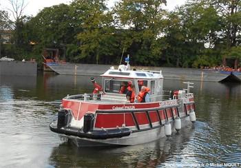 """#140 - Embarcation de secours aux victimes et incendie (ESAVI) mise en service en 2017. Longue de 9.50 mètres et large de 4 mètres, elle a été construite par Littoral, spécialiste des constructions navales en aluminium et situé à Marseillan dans l'Hérault. Elle embarque un réservoir de liquide émulseur, une motopompe Jöhstadt (1 500 litres/min - 10 bar), une pompe immergeable Telstar, une lance-canon Akron, un groupe électrogène Worms... Elle est propulsée par une turbine Hamilton animée par un moteur diesel à 6 cylindres en ligne Yanmar. Son poids est de 8 tonnes et peut embarquer 12 personnes. Elle est baptisée Colonel PAULIN. Ce dernier a commandé le """"Bataillon"""" de sapeurs-pompiers de Paris à partir de 1831 et pendant 15 ans avant d'être nommé maire de Mareil-Marly (Yvelines) Photographie Michel NIQUET - 2017"""