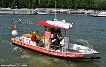 #127 - Embarcation de secours et d'assiatance aux victimes (ESAV1) armée par les sapeurs-pompiers de Paris. Réalisée à partir de la base polyvalente Stem Jet 7.30 longue de 7.50 mètres et large de 2.70 mètres. 0.50 mètre de tirant d'eau. Propulsion de type hydrojet.  Equipée d'in kit de sauvetage.Un brancard peut être chargé par l'arrière à fleur d'eau grâce à une glissière rabattable. Concernant son nom de baptême :  La Dhuys est une rivière sous-affluente de la Seine. Les sapeurs-pompiers de la Gironde ou encore les unités de la Sécurité civile ont opté pour une embarcation analogue   Photographie Sybarts - 2014