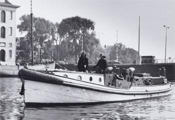 #408 - Bateau-pompe en service à Amsterdam de 1930 à 1983. Long de 17 mètres. Capacité hydraulique de 6 000 l/min. Photographie Amsterdam City Archives