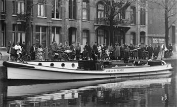 #406 - Bateau-pompe en service à Amsterdam de 1930 à 1983. Long de 17 mètres. Capacité hydraulique de 6 000 l/min. Photographie réalisée entre 1930 et 1950. Photographie Amsterdam City Archives