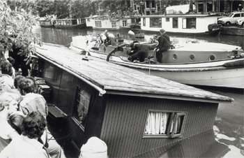 #407 - Bateau-pompe en service à Amsterdam de 1930 à 1983. Long de 17 mètres. Capacité hydraulique de 6 000 l/min. Ici en opération de renflouement d'une péniche en juillet 1976. Photographie Amsterdam City Archives - 1976